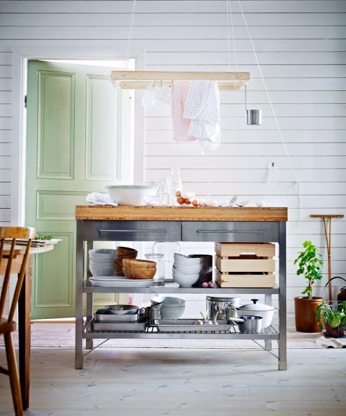 Pracovní stůl Rimforsa (Ikea) z nerezavějící oceli a bambusového dřeva, rozměry 120 x 63 x 92 cm, cena 11 990 Kč, www.ikea.cz