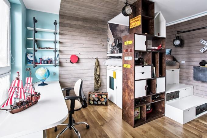 Dostatek úložného prostoru poskytují stupně vedoucí k lůžku i stěna evokující siluety města