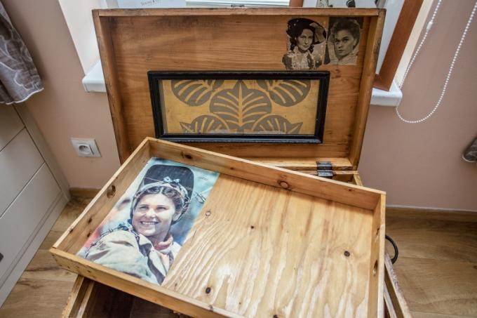 Pro Terezku je nejcennějším artefaktem truhla, kterou dostala od tatínka, známého herce Petra Kostky