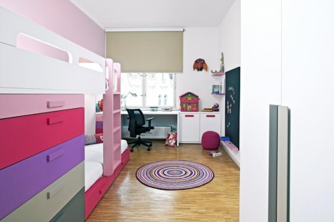 Kromě velkorysého prostoru pro odpočinek a práci nabízí pokojíček i interaktivní prvky jako třeba tabuli na psaní a kreslení