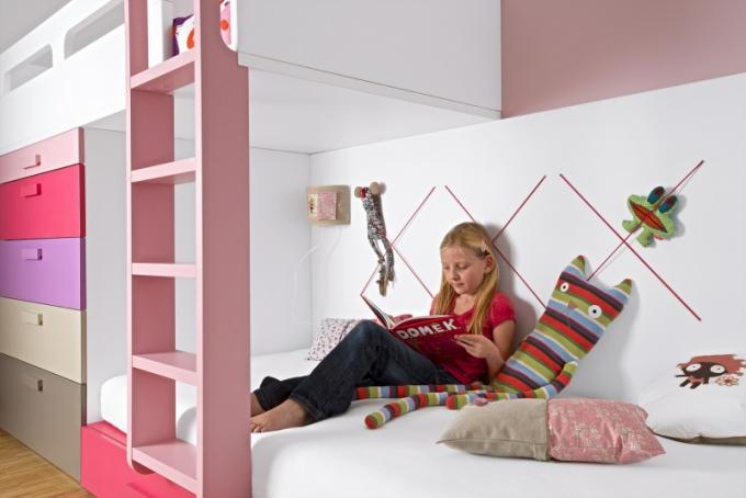 Rafinovaně je využité i místo na zdi za palandou – gumičkový systém vtipně řeší ukládání plyšáků a jiných dětských nezbytností