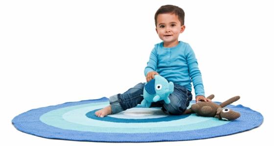 Příjemné místo k dětským hrátkám nabízejí háčkované koberce ve více barvách a dekorech, lze je prát při teplotě 30 °C, průměr 120 cm, Sebra, cena 2 999 Kč