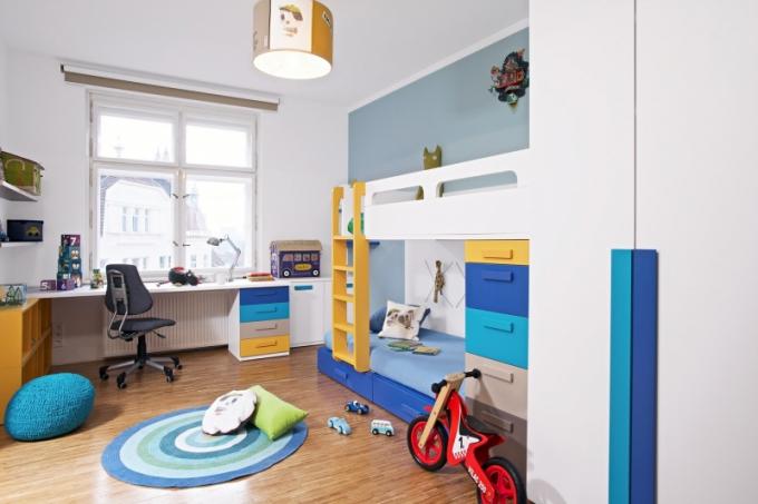 Pracovní místo je ideálně situované k oknu, aby na stůl dopadal dostatek denního světla. Úložné prostory tady řeší zásuvkový kontejner a otevřené police na zdi a pod stolem