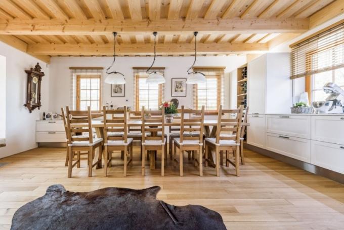 Majitelé v dřevěnici často hostí své přátele, a tak ve světnici nesmí chybět velký dubový stůl s dostatečnou kapacitou
