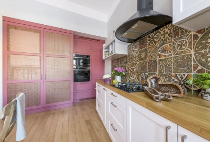 Hnědobílý základ kuchyně oživila designérka Pavla Kirschner skříní ve starorůžovém odstínu s mosaznými výplněmi