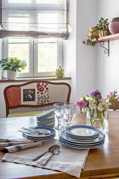 Srdcem kuchyně je jídelní stůl z masivního teaku, u něhož se odehrává vše podstatné – stolování, klábosení, psaní úkolů i pití nedělní kávy