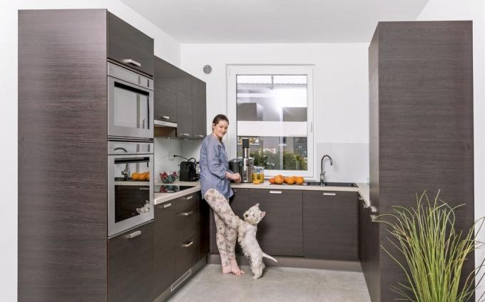 Velké okno v kuchyni je k nezaplacení. Spolehlivě jím nahradíte digestoř, můžete za ním pěstovat bylinky a kochat se při vaření pohledem do zeleně