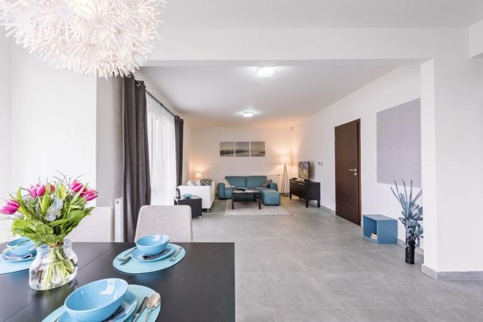 Obývací pokoj nabízí prostor pro umístění i rozměrnější sedací soupravy a velkého rozkládacího stolu. Vešla by se i knihovna a další solitérní kusy nábytku