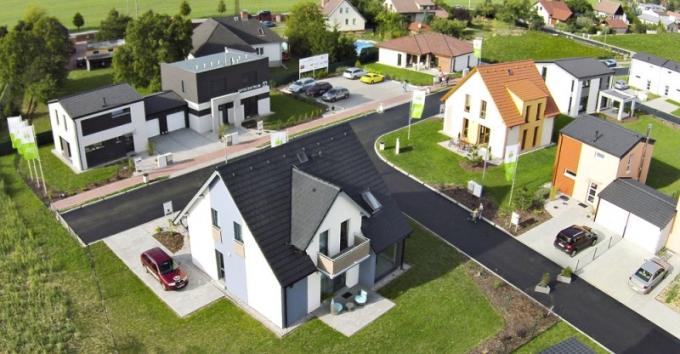 """Centrum vzorových domů v Nehvizdech u Prahy bylo otevřeno proto, aby zájemcům o nový dům umožnilo udělat si konkrétní představu o budoucím bydlení. Rozhodli jsme se tuto příležitost využít a postupně jsme otestovali """"na vlastní kůži"""" všechny domy."""