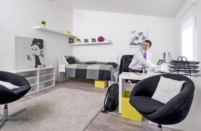 Prostorné místnosti vládne tichá atmosféra, která umožňuje nerušeně pracovat i odpočívat. Velká okna zajišťují místnosti neuvěřitelné množství světla