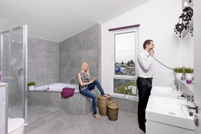 Velkorysá koupelna působí luxusním dojmem. Nechybí sprcha ani rohová vana, WC s bidetem a dvě rozměrná umyvadla, o která se rodina může pohodlně podělit