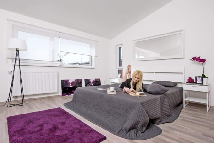 Prostorná ložnice v klidové části domu nabízí nejlepší předpoklady pro relaxaci a spánek