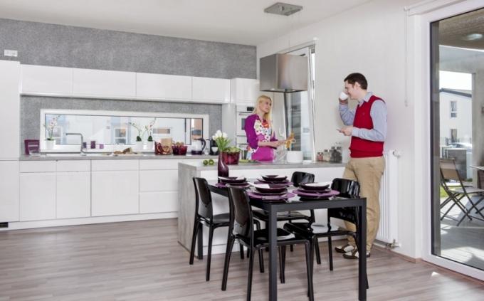 V přízemí domu je umístěn obývací pokoj účelně propojený s kuchyní a jídelnou. Dispoziční uspořádání ocení zejména hospodyňka, která se i při vaření může zapojovat do společenského dění