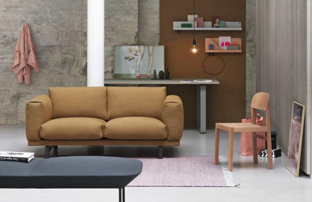 Novinkou značky Muuto je sedačka Rest s látkovým potahem a dubovou podnoží, design Anderssen & Voll on the design, cena od 94 500 Kč, www.onespace.cz
