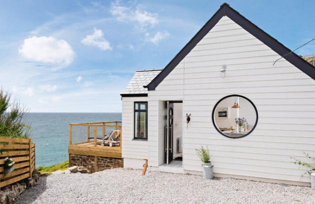 Původní stavbu z 50. let nový majitel zrekonstruoval a zařídil ve skandinávském stylu, který dobře ladí s okolím. Od moře domek dělí jen několik kroků