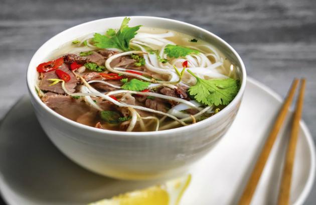 Multifunkční hrnec je ideální také na přípravu silných polévek z kostí, které se díky funkci smažení předem opečou, což dodá vývaru tmavé zabarvení.  Z vybraných receptů, které najdete na stránkách www.kuchynevhrnci.cz, jsme pro vaši inspiraci vybrali recept na polévku pho.