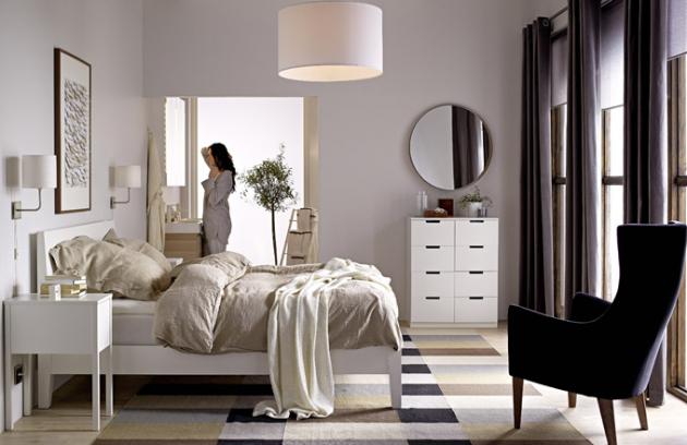 Ložnice by měla být místem pro snění, které by mělo být vrámci interiéru situováno doklidnější části, kam nepronikají rušivé zvuky ani zápach z automobilů. Měla by být spíš prázdná než plná harampádí, apokud je to alespoň trochu možné, měla by mít šatnu nebo aspoň velkou skříň. foto: IKEA