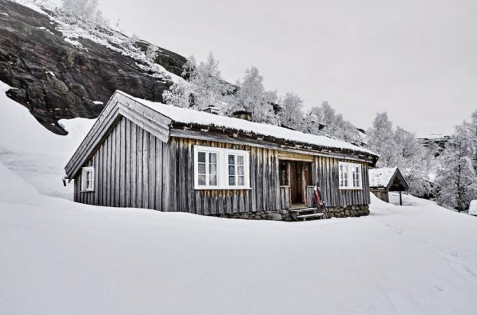 Travnatá střecha je celou zimu pokryta sněhem astavba krásně zapadá dookolní skalnaté krajiny