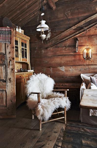 Vrodině se  nábytek předává pogenerace. Osvětlení zajišťují petrolejové lustry anastěnách připevněné svícny