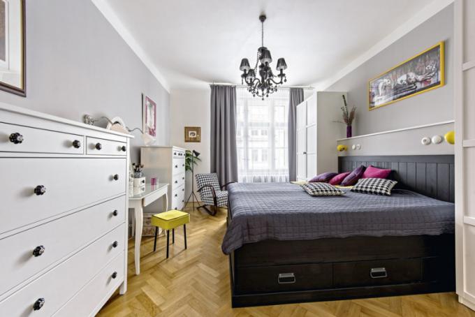 Napřání majitelů je ložnice vybavena vysokou postelí (Ikea) súložnými prostory. Kekomfortu klidové zóny přispívá iakustická předstěna apřistavěný sokl, který vytvořil odkládací poličku anahradil chybějící noční stolky