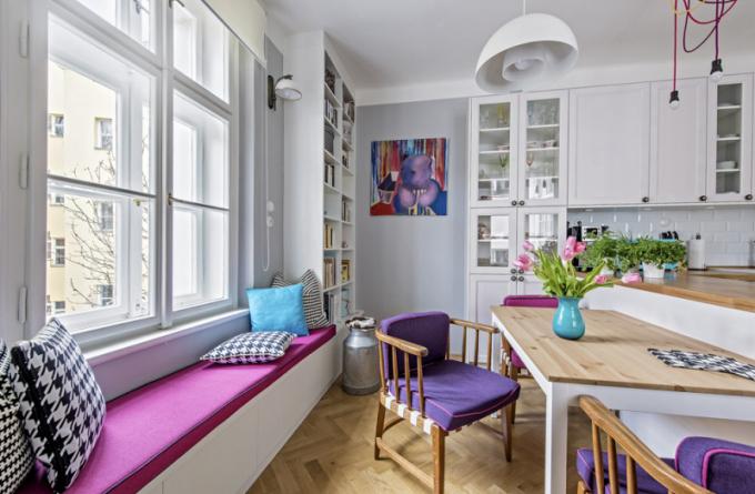 Jídelna poskytla prostor namíru zhotoveným knihovnám, praktické lavici pod oknem svýhledem dozeleně amnoha úložným prostorům