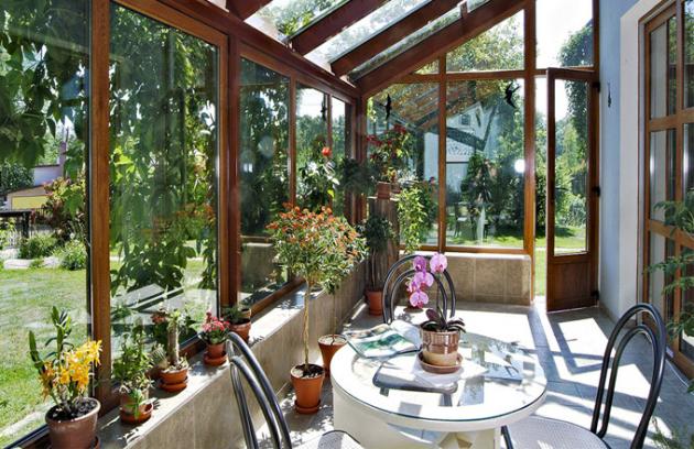 Udomu oceníte místo pro relaxaci, příjemný přechod zinteriéru dozahrady apřípadný útulek pro rostliny, které nemohou přes zimu zůstat venku. Zimní zahradu lze pořídit ikbytu. Získáte tak soukromý koutek přírody. Klidně uprostřed města.