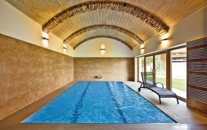 Opravdu luxusní záležitostí je velký vnitřní bazén. Podle materiálu avelikosti se řídí icena. Je třeba počítat sinvesticí idostavebních úprav adoplňků