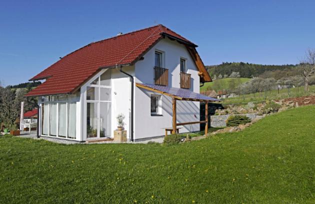 Zimní zahrada proměnila typový dům Ekonomik N7 nejen vizuálně. Přispěla i ke zvýšení komfortu bydlení včetně prohřívání interiéru sluncem a tím i k úspoře energie
