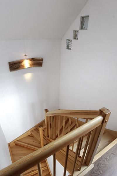 Dýhované dveře, dřevěné zábradlí a schodiště dodávají interiéru útulný ráz