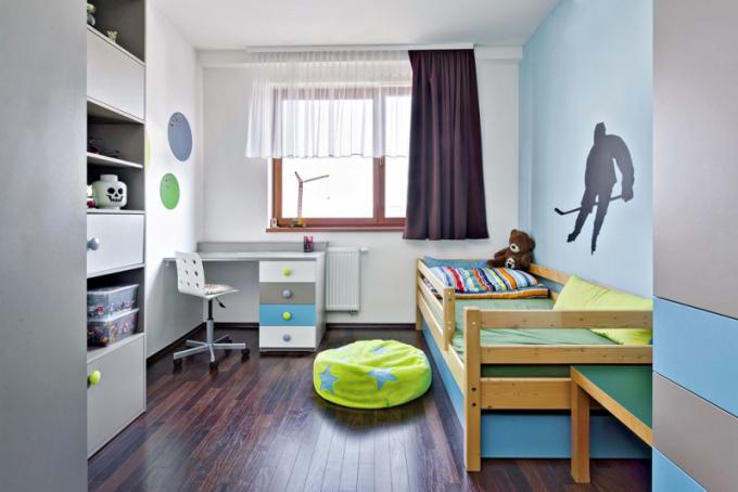 Dětské pokoje jsou laděny do barev pro holku a pro kluka, zařízeny jsou úplně stejně jen zrcadlově k sobě, tak jak to dispozice pokojů nabízela