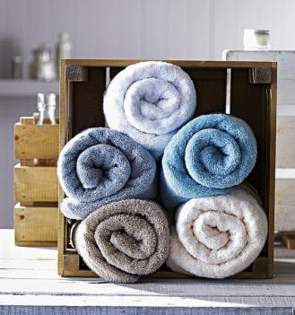 Velmi pohodlné je skladování ručníků vboxech nebo poličkách srolovaných jeden vedle druhého, což navíc působí velmi dekorativně