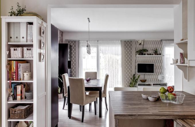 Typový nábytek zřady Besta (Ikea) je vrůzných obměnách nejen vobývací části, ale také vjídelně