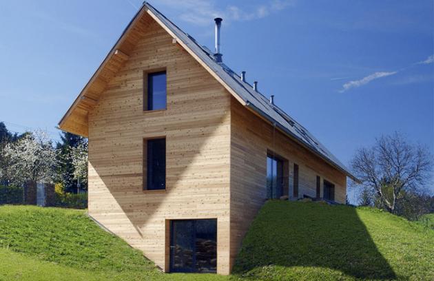 Dřevo bylo vždy oblíbeným stavebním materiálem. Ipůvabné staré roubenky měly nasvou dobu dobré vlastnosti aněkteré ztechnologií se používají dodnes. Ať již hovoříme odřevostavbě typu roubenky zmasivních komponentů nebo lehké sendvičové konstrukci, důvody pro volbu dřevostavby jsou jasné. Vevalné většině přesvědčí cenová dostupnost arychlost výstavby.