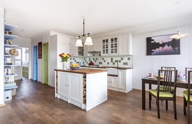 Obklady zLa Lagartija jsou použité izakuchyňskou linkou vyrobenou namíru vanglickém stylu. Bílá kuchyňská sestava dovoluje vyniknout nádhernému masivnímu dřevu ze severoamerického ořechu