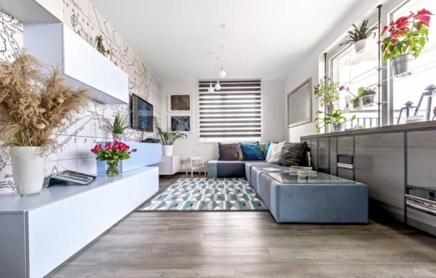 Světlé pastelové barvy dekorují nábytkovou sestavu skříněk ipraktickou modulární sedací soupravu, které jsou zhotoveny namíru. Se vším skvěle ladí koberec sgeometrickým vzorem (Ikea)