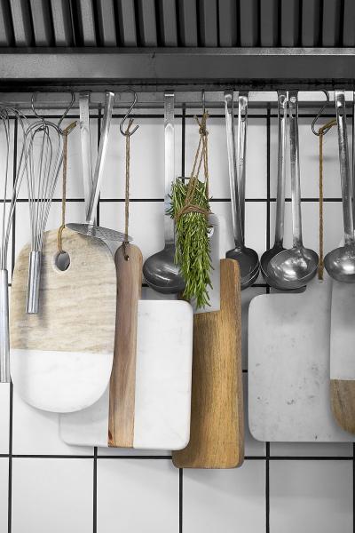 Nemáte vzásuvkách askříňkách dostatek místa navšechny kuchyňské doplňky? Tak je jednoduše zavěste
