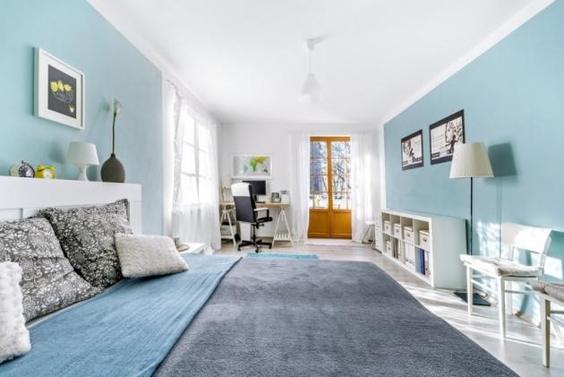 Z ložnice je přímý vstup na terasu. Část místnosti slouží také jako Lukášova pracovna. Kombinace modré barvy s bílou je pro ložnici ideální. Navozuje pocit klidu a čistoty