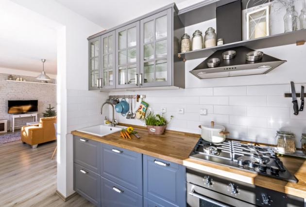 Kuchyň přirozeně navazuje na obývací pokoj s jídelní částí. Pojícím prvkem je plovoucí podlaha v dekoru šedého dřeva
