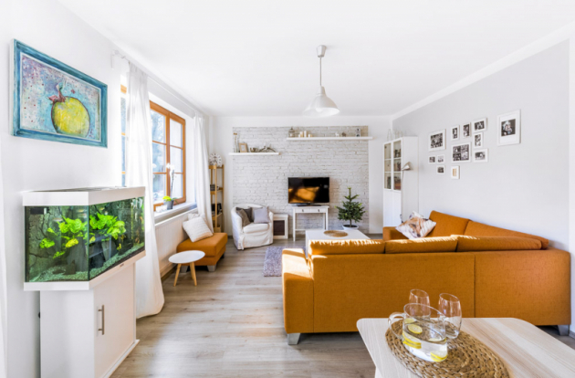 Pohledovou zeď v obývacím pokoji zdobí cihlová fototapeta, kterou Magda objevila ve svém oblíbeném internetovém obchodě. Koupila ji bez dlouhého rozmýšlení a bez předchozího vyměření