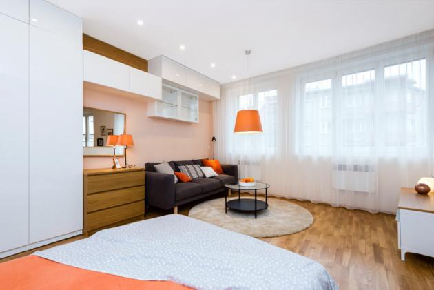 Výhled z manželského lůžka nabízí dokonalý přehled o obytném prostoru včetně možnosti pohodlného sledování televize (v budoucnu umístěné na TV stolku vpravo)