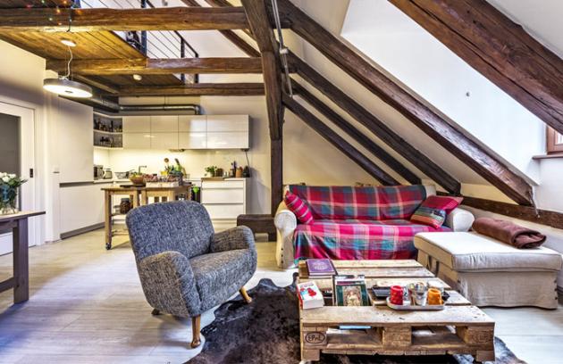 Podkrovní byt spřiznanými trámy nabízí nevšední prostor sjedinečnou atmosférou. Bílá kuchyňská sestava místo krásně prosvětlila azároveň se stala zajímavým kontrastem ktmavým trámům.