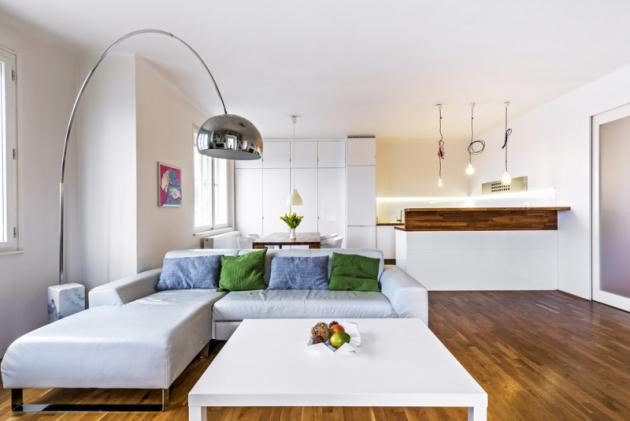Nad pokojem se dooblouku klene ikonická lampa Arco smasivním mramorovým podstavcem. Má nastavitelné kovové stínítko irameno