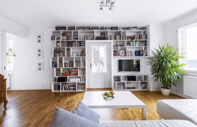 Ústředním prvkem obytného prostoru je knihovna lemující dveře nabalkon. Vznikla podle návrhu majitele bytu, jeho sestra ji opatřila technickým nákresem