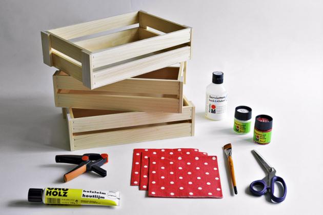 Co budete potřebovat Dřevěné bedýnky, smirkový papír, disperzní lepidlo, akrylovou barvu, štětec, nůžky, svorky, ubrousky slibovolným motivem alepidlo nadecoupage