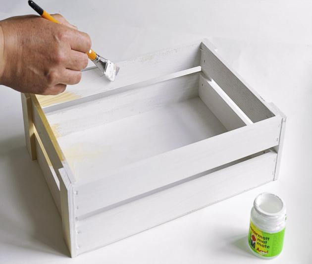 Bedýnky začistěte pomocí smirkového papíru dohladka, natřete je dvěma vrstvami libovolné akrylové barvy anechte zaschnout