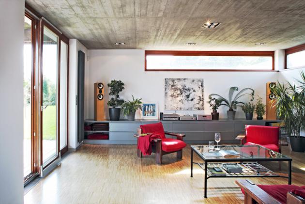 Obývací pokoj sjídelnou akuchyňským koutem tvoří jeden obytný prostor. Je zatím zařízen velmi jednoduše anasvé definitivní vybavení mobiliářem akrbem teprve čeká