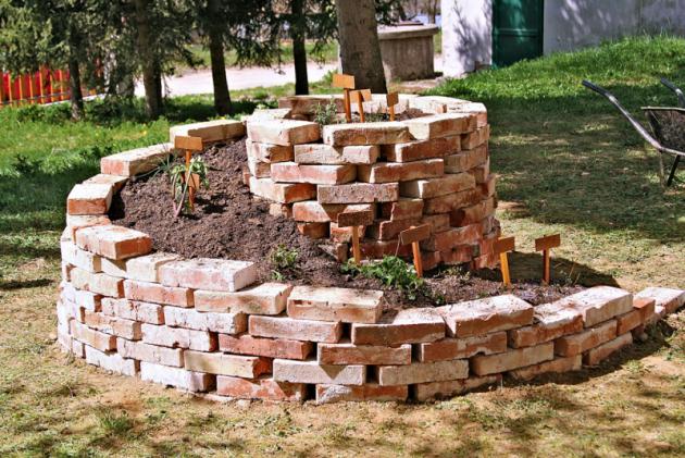 Cihla je stavební materiál, který lidstvo používá již celá tisíciletí. Nové technologie přinášejí převratné novinky, ale své využití stále mají iklasické plné či nepálené cihly.