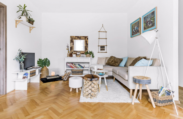 Pohodlné útočiště vobývacím pokoji poskytuje sedačka zBonami doplněná odkládacími stolky ze-shopů Bonami, Vivre aWestwing. Atmosféru dokreslí moderní biokrb