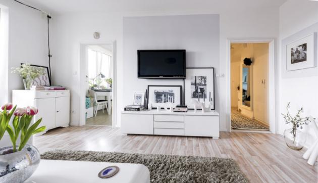 Moderní nábytek se dokonale snoubí se starými repasovanými kousky. Netradičním prvkem vpaneláku jsou štukované zárubně