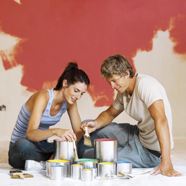 Pokud si nejste svýběrem barvy jistí, jednoduše vymalujte danou barvou kousek stěny ahned uvidíte, jestli je to ta pravá